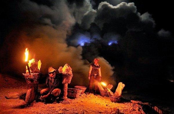 Кава Иджен: вулкан, извергающий синее пламя (12 фото)