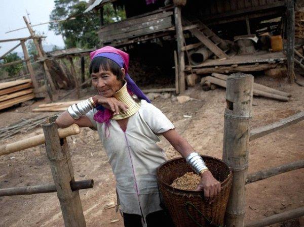 Длинношеие женщины народа Падаунг из Мьянмы (17 фото)