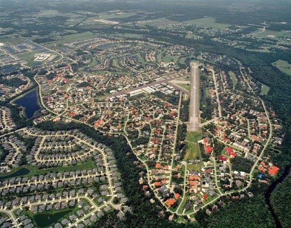 Спрус Крик, где у каждого жителя есть свой самолёт (8 фото)