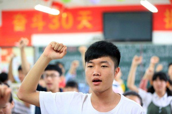 Устройства, с помощью которых китайские выпускники пытались сдать вступительные экзамены (9 фото)