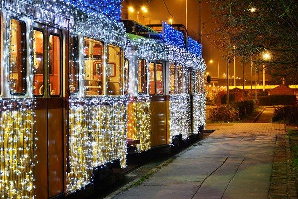 30000 LED-лампочек придают трамваям в Будапеште вид машин времени (10 фото)