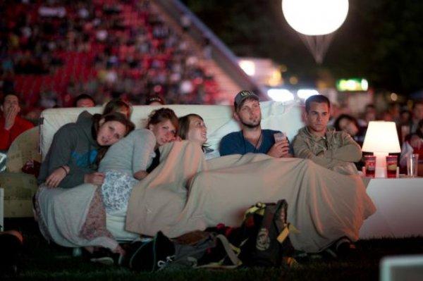 Берлинский стадион, переделанный в гигантский удобный кинотеатр (6 фото)