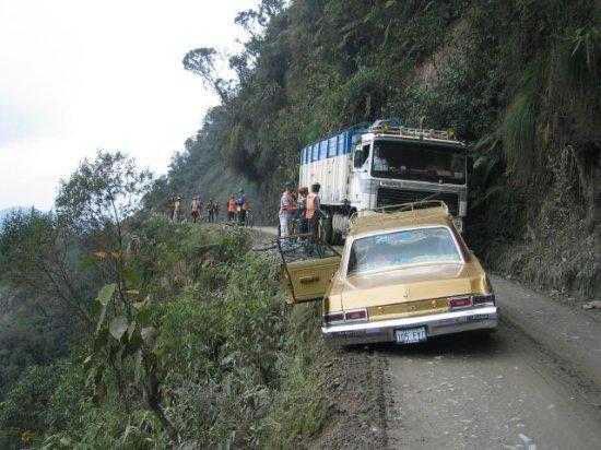 Дороги, считающиеся самыми опасными на планете (14 фото)