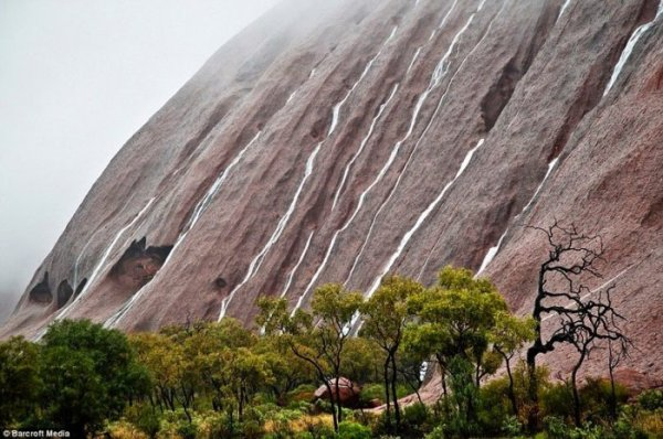 Каскадные водопады скалы Улуру (11 фото)