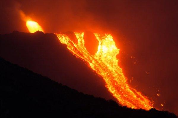 Итальянский вулкан Стромболи начал извергаться (8 фото)