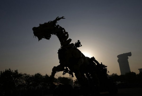 Гигантский огнедышащий дракон на улицах Пекина (25 фото)