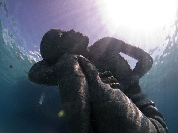Атлант Океана: Огромная подводная статуя девушки, держащей океан на своих плечах (7 фото)