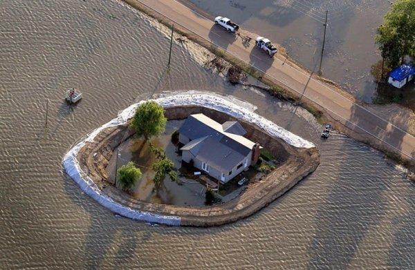Дома-островки после выхода из берегов реки Миссисипи (15 фото)