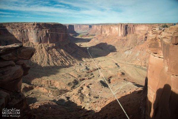Паутина для бейсджампинга над скалами на высоте 120 метров (14 фото + видео)