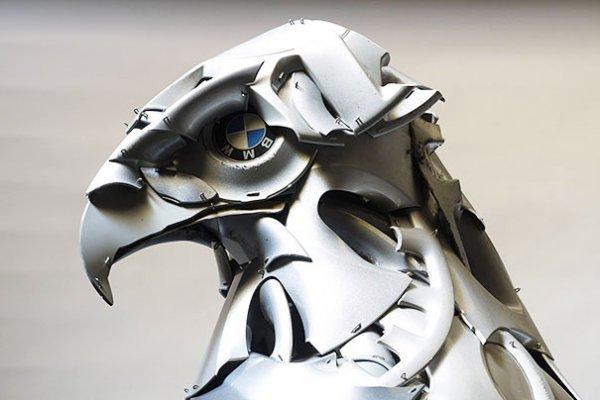 Художник создаёт потрясающие скульптуры животных из старых колёсных колпаков (21 фото)