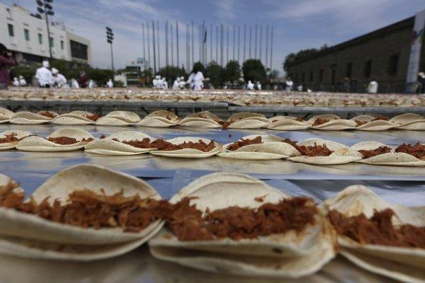 Мексиканские повара побили мировой рекорд, приготовив самый длинный тако (6 фото)
