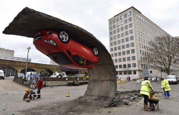 Инсталляция «Перевернутый автомобиль» от Алекса Чиннека (6 фото)