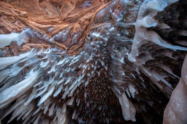 Изумительные образования изо льда в ледяной пещере на озере Верхнем (10 фото)