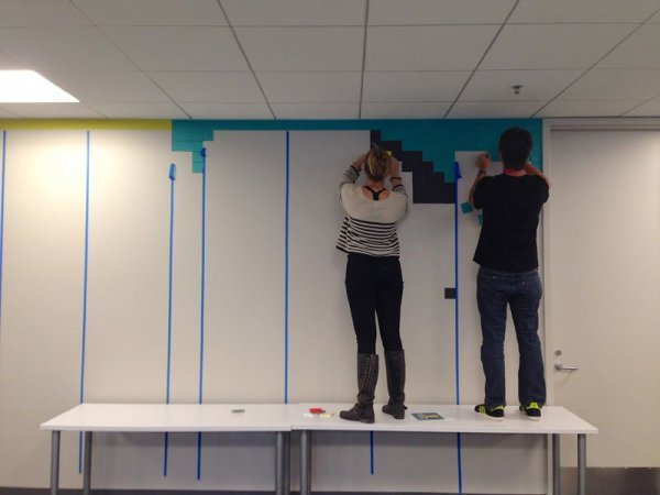 Пиксельные рисунки супергероев на стенах креативного агентства (20 фото)