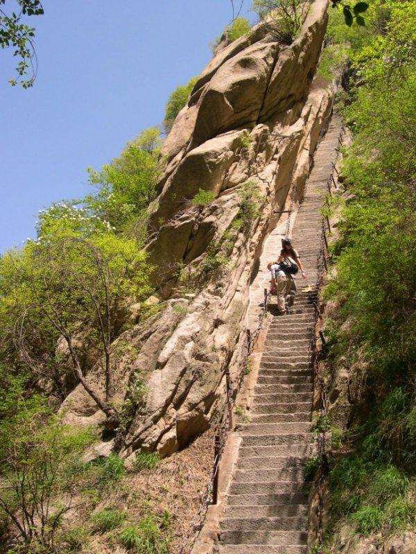 Опаснейший маршрут на горе Хуашань для самых смелых (14 фото)