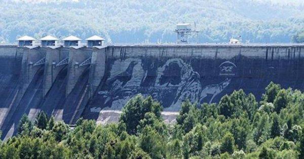 Впечатляющий гигантский рисунок на плотине Солина (6 фото)