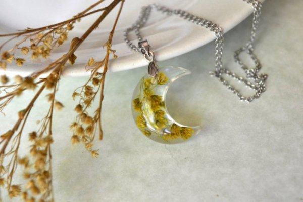 Оригинальные цветочные кулоны в виде полумесяцев от Кристины Хатчинсон (9 фото)