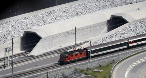 В Швейцарии открыли самый длинный и самый глубокий тоннель в мире