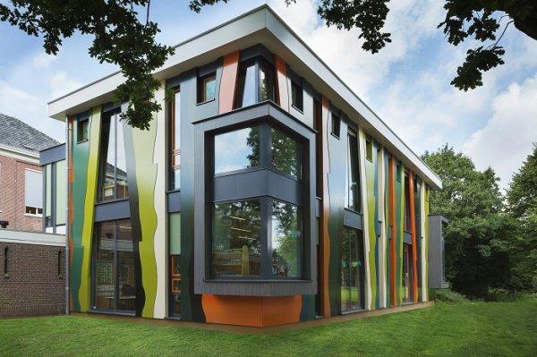 В Голландии возвели яркую школу из цветных деревянных панелей