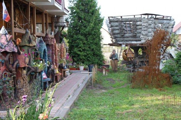 Житель Брянска построил сказочный дом