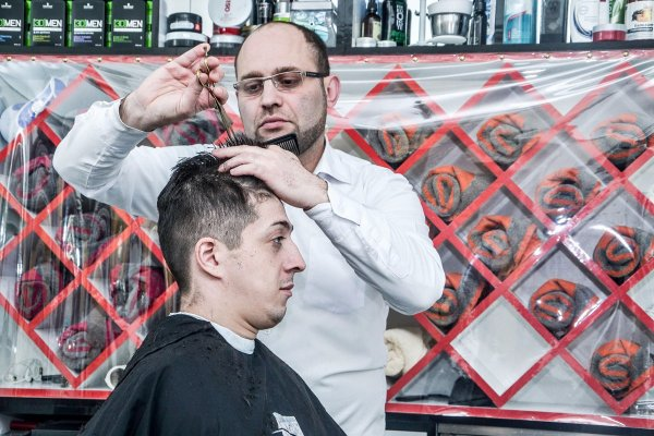 В Баку живёт коллекционер древних бритв и парикмахерских приспособлений