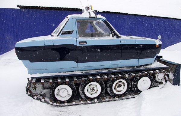 В Барнауле «Жигули» посадили на гусеницы от трактора