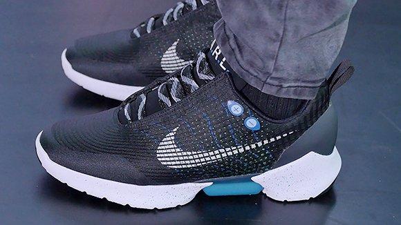В продаже появились самозашнуровывающиеся кроссовки