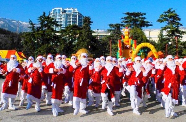 В Ялте состоялась парад Дедов Морозов
