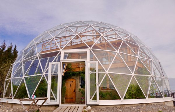 Дом под куполом: семейство из Норвегии возвело уютную жилплощадь на острове