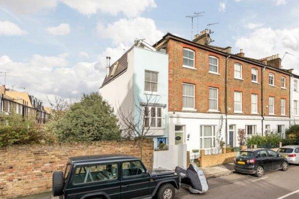 В Лондоне выставили на продажу один из самых узких домов
