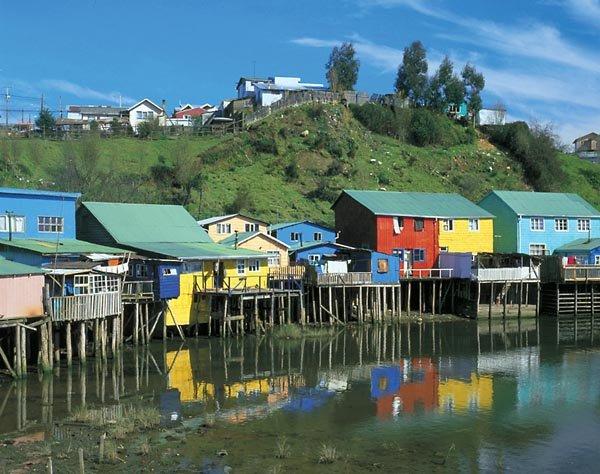 Жители чилийского острова по старинке продолжают переносить свои дома