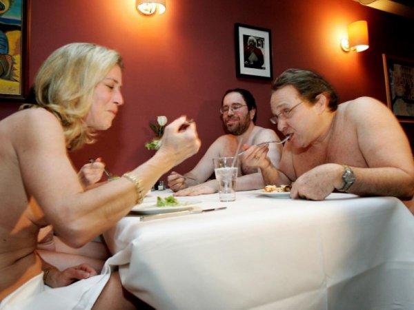 В одном из европейских кафе гости могут поужинать голышом
