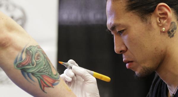 Учёные создали татуировку, помогающую распознать онкологию