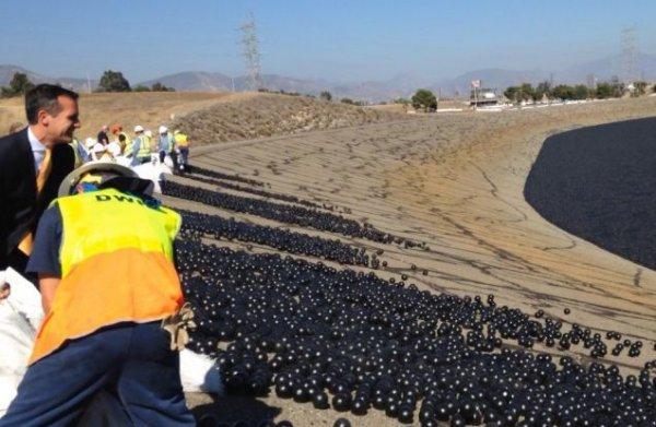 Почему водохранилище Лос-Анджела засыпали шариками чёрного цвета?