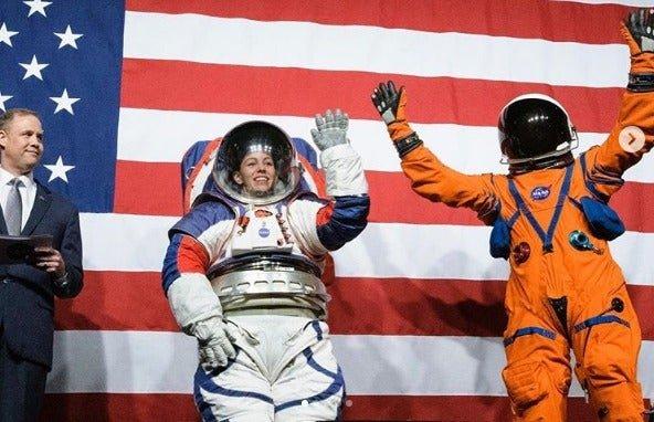Сотрудники НАСА презентовали обновлённые скафандры?
