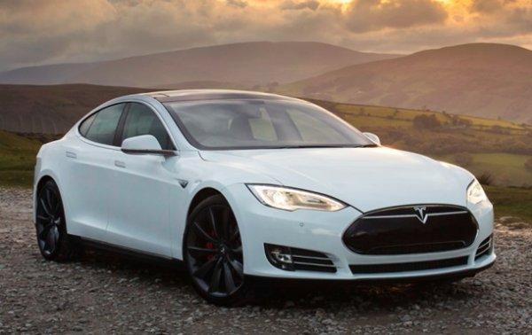 Машина Tesla сможет ездить по парковке без водителя