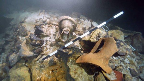 В пещере под водой возле Майорки нашли две сотни древних амфор