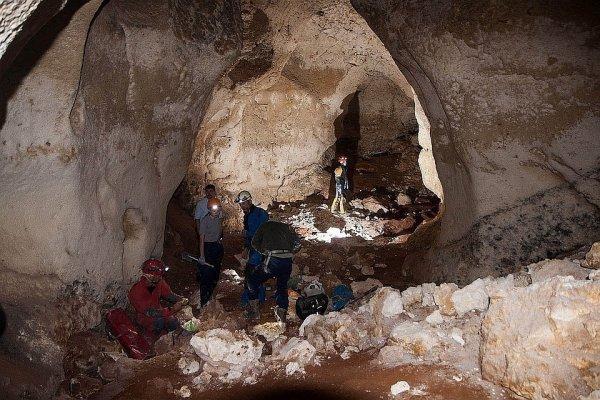 В Каталонии нашли пещеру с давними рисунками